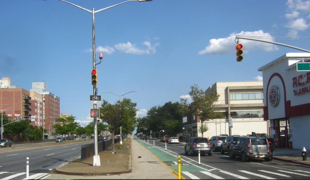 NYクイーンズ区クイーンズ大通りの自転車レーン