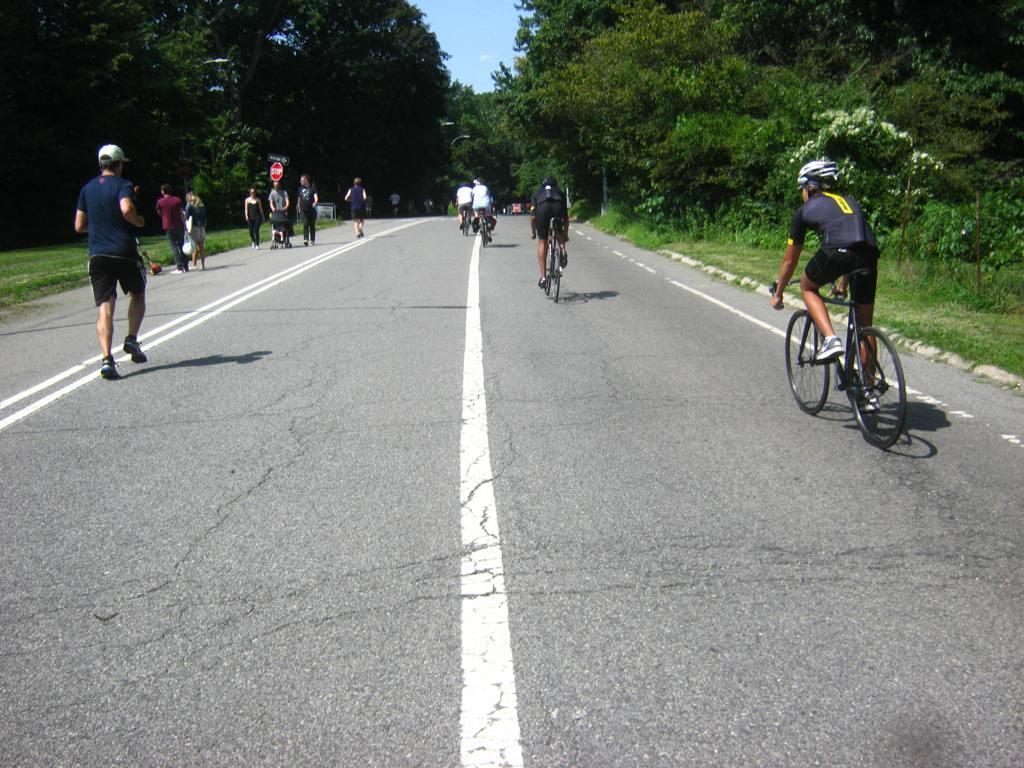 ブルックリン・プロスペクト公園の自転車道。ジョッギング、ウォーキングをする人も。
