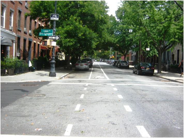 ブルックリン中心部近いクリントン通りの自転車レーン。