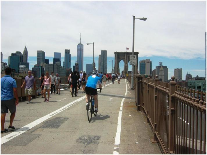 週末のブルックリン橋は人手が凄い。