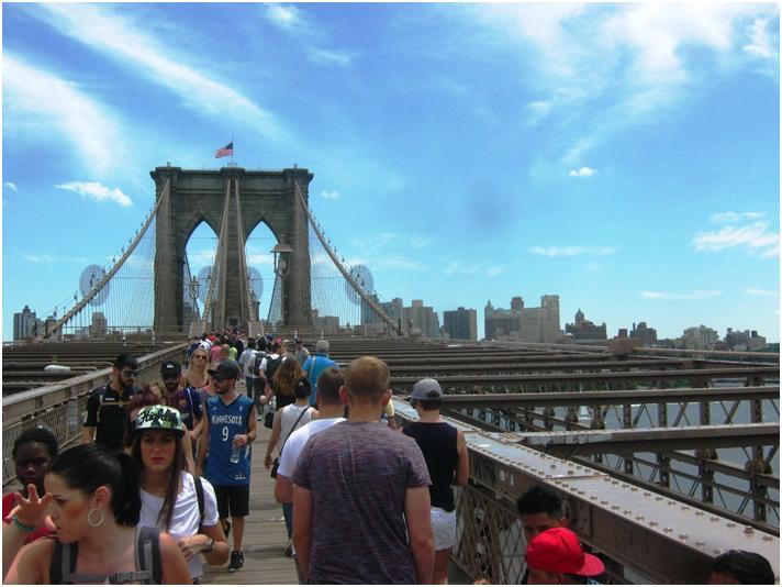 週末のブルックリン橋。人出がすごい。