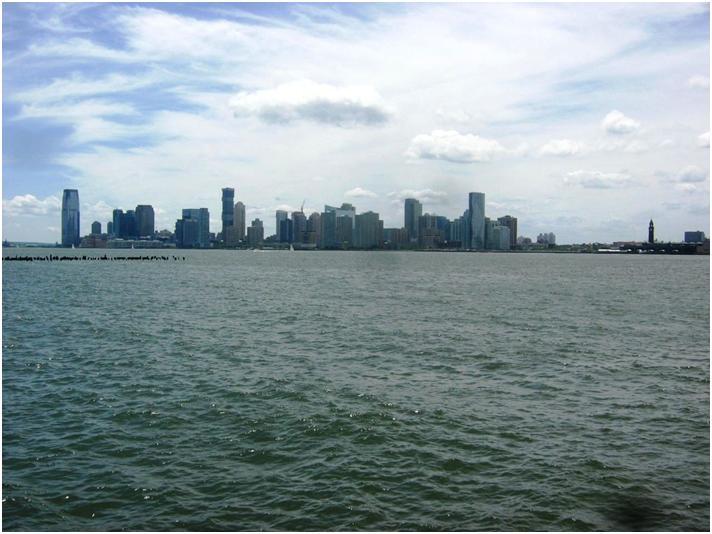 ハドソン川をはさんでジャージー・シティーの高層ビル街。
