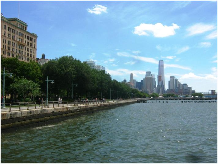 ハドソン川沿いから見たロウアーマンハッタンの高層ビル街。