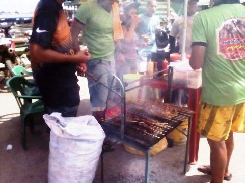 タバティンガの街角で焼肉串刺し。