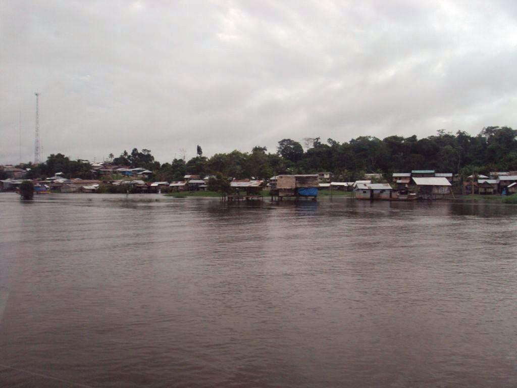 アマゾン船旅:まれに村があらわれる。