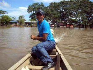 エンジンの付いた小舟を操縦する船頭さん。
