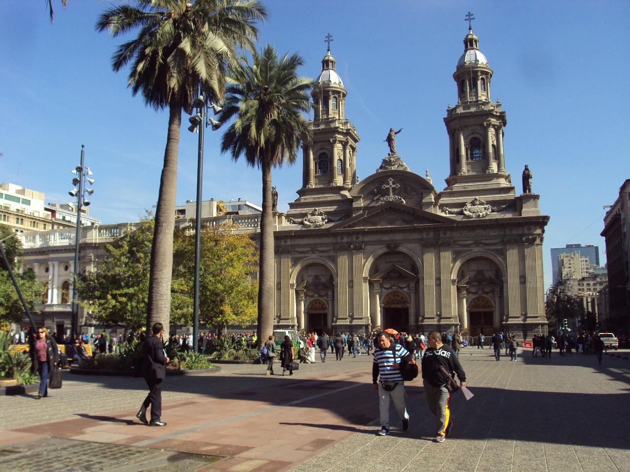 サンチアゴのアルマス広場とカテドラル。