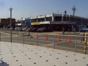 空港対岸の商業施設。