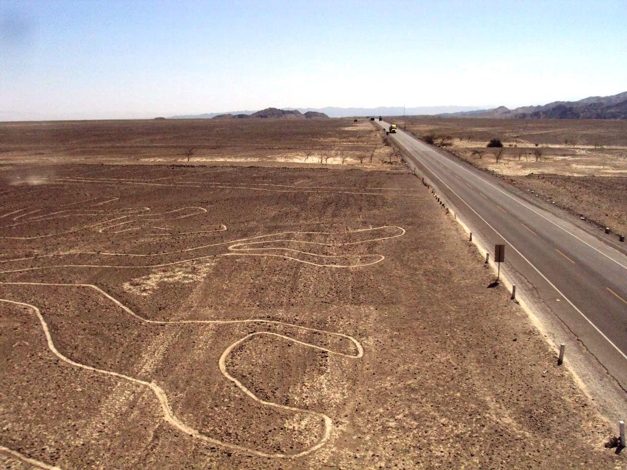 ナスカ絵の近くを走るパンアメリカン・ハイウェイ。