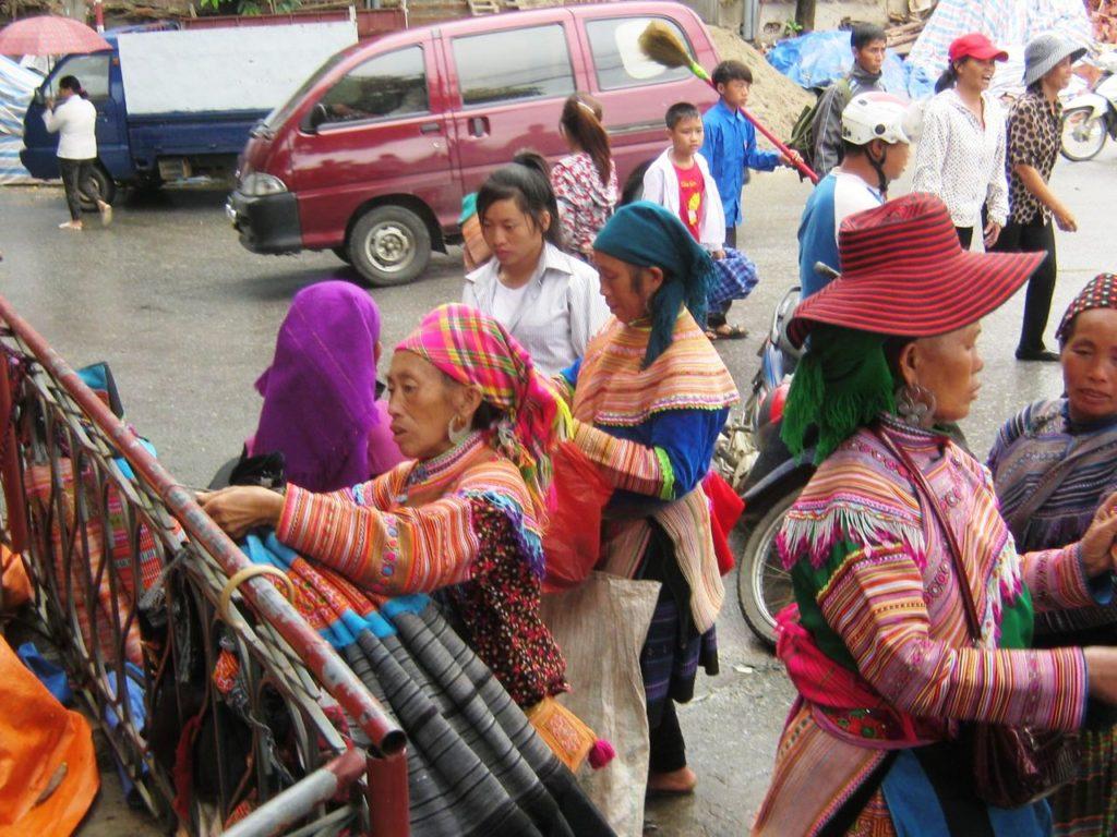 ベトナム北部バクハーの少数民族の人たち。自分たちの編んだ衣類を売っている。