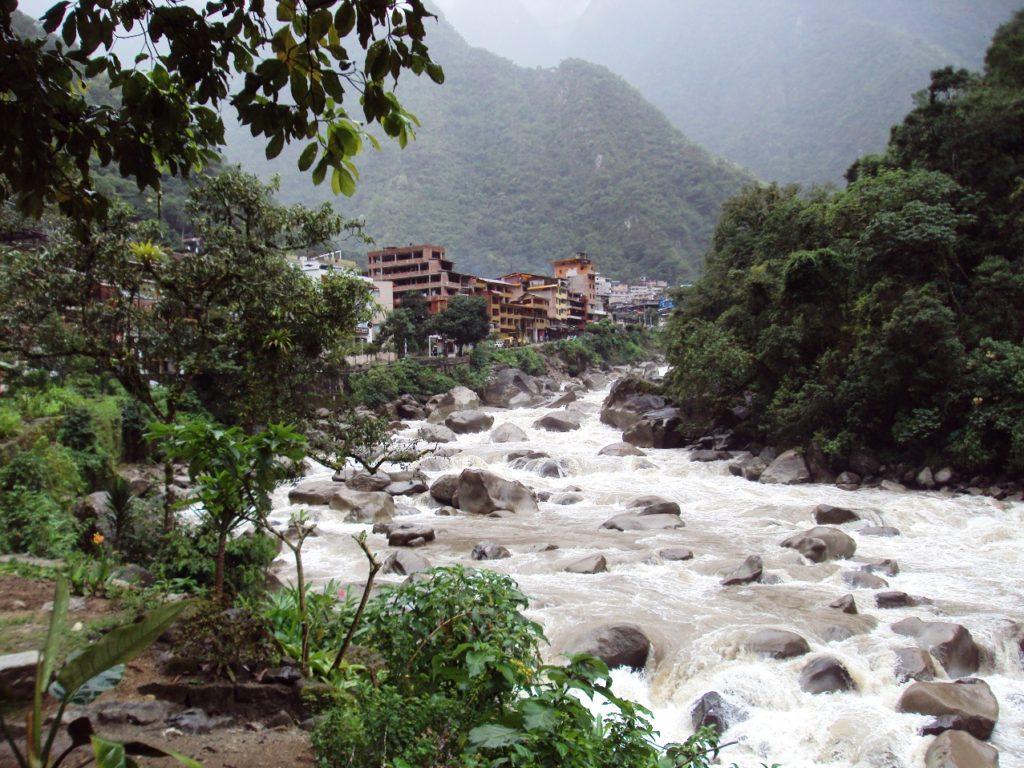 ウルバンバ川とマチュピチュ村。