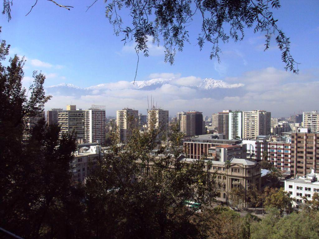 サンチアゴの市街とアンデスの山々。