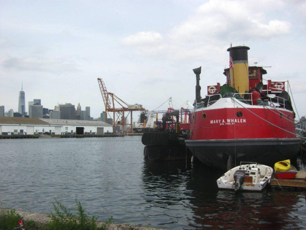 ブルックリン港の船とクレーン。