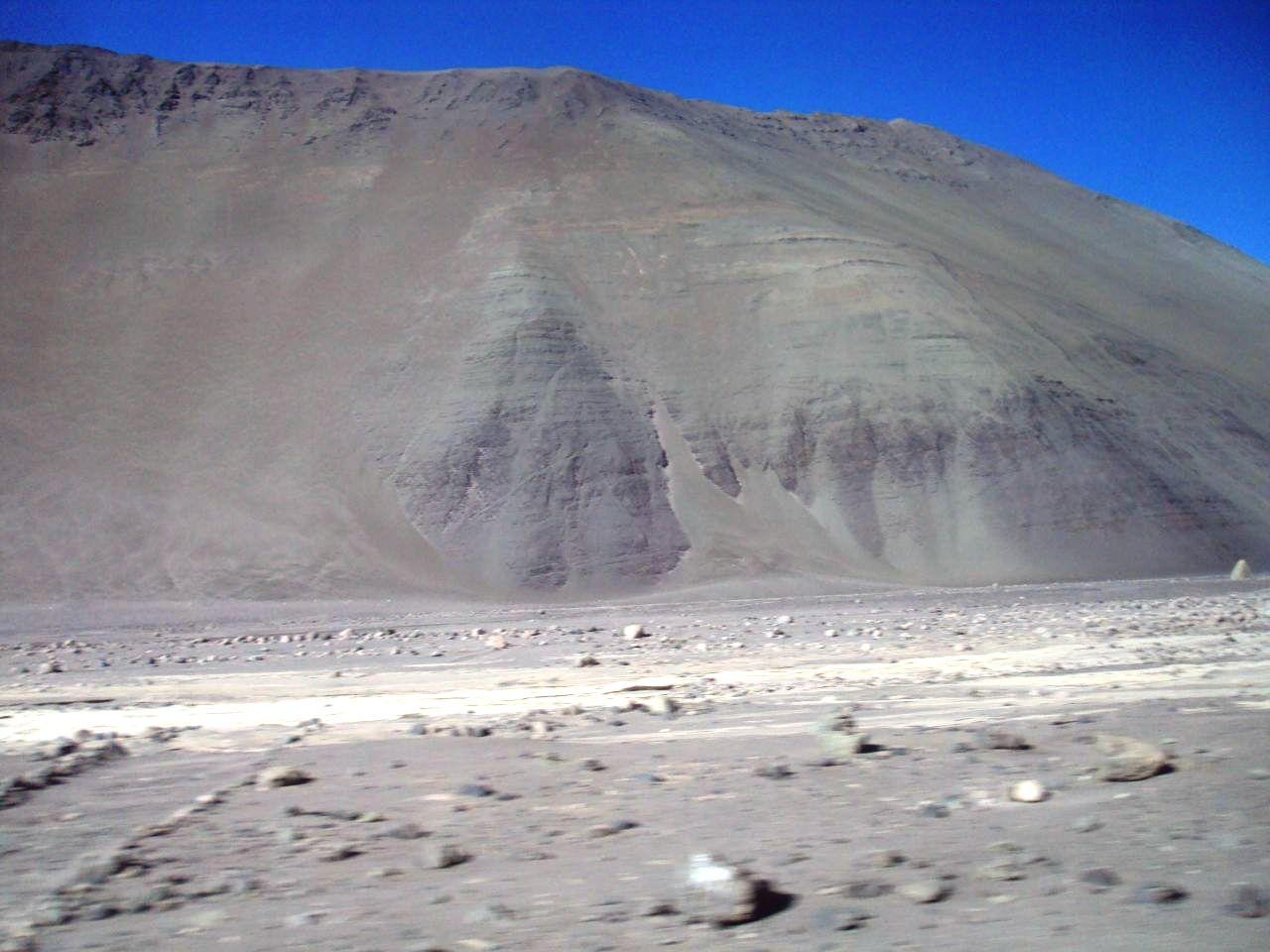ナスカ付近の単調な砂漠の山。