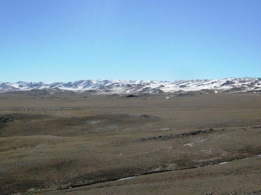 モンゴル・アルタイ地方の高原と雪山。