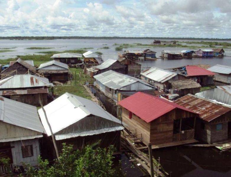 アマゾン河岸の貧しい家々。