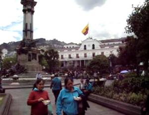 キトの独立広場と大統領府。