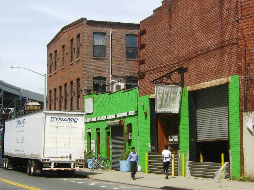 Big Reuse Brooklynの外観。大型トラックが止まっている。