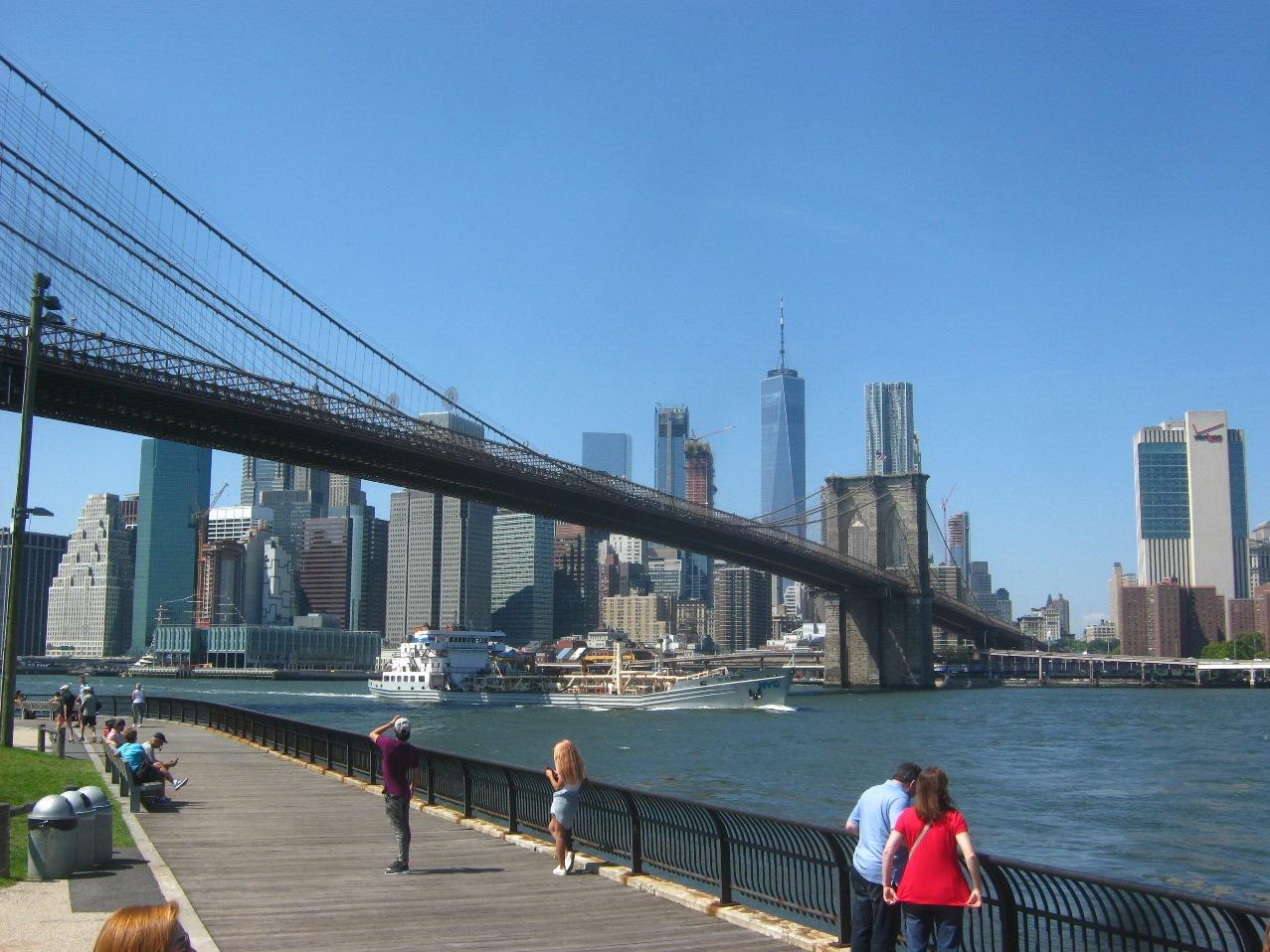 ブルックリン・ブリッジとロウアー・マンハッタンの高層ビル街。