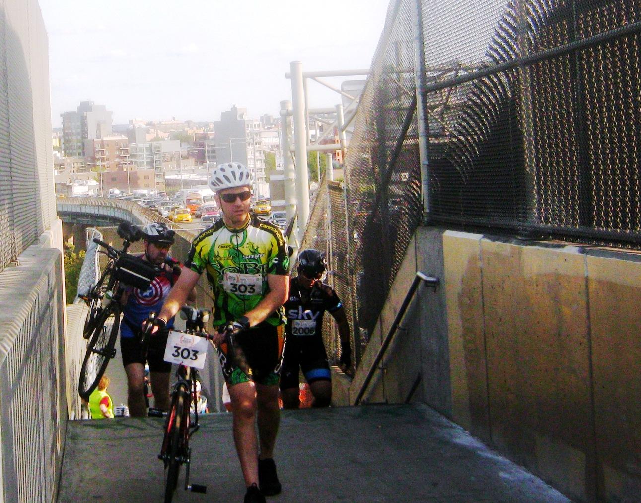 トライボロー橋の階段を上ってくるサイクリストたち。
