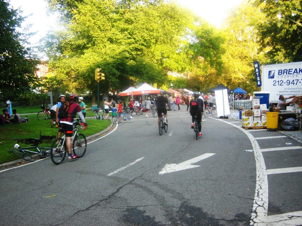 セントラルパーク北端のゴール地点。160キロを走ったサイクリストたちが次々入ってくる。