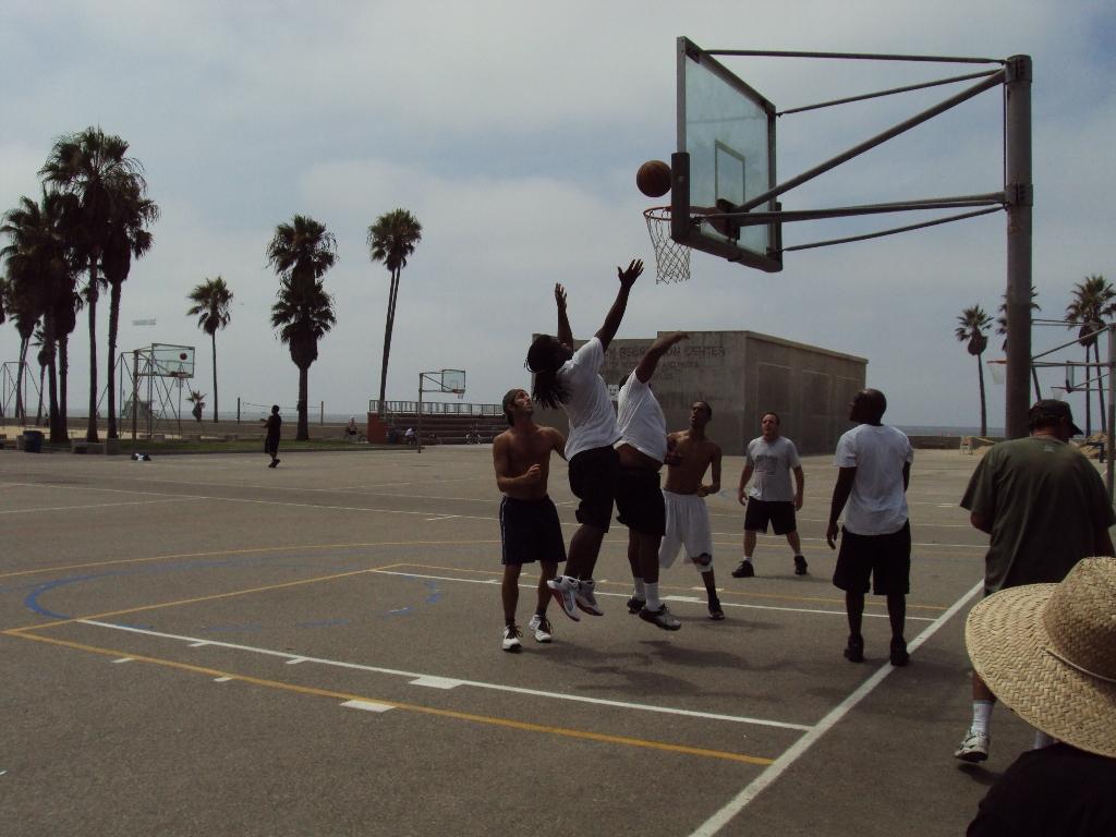 半面コートで3対3のバスケットボール。