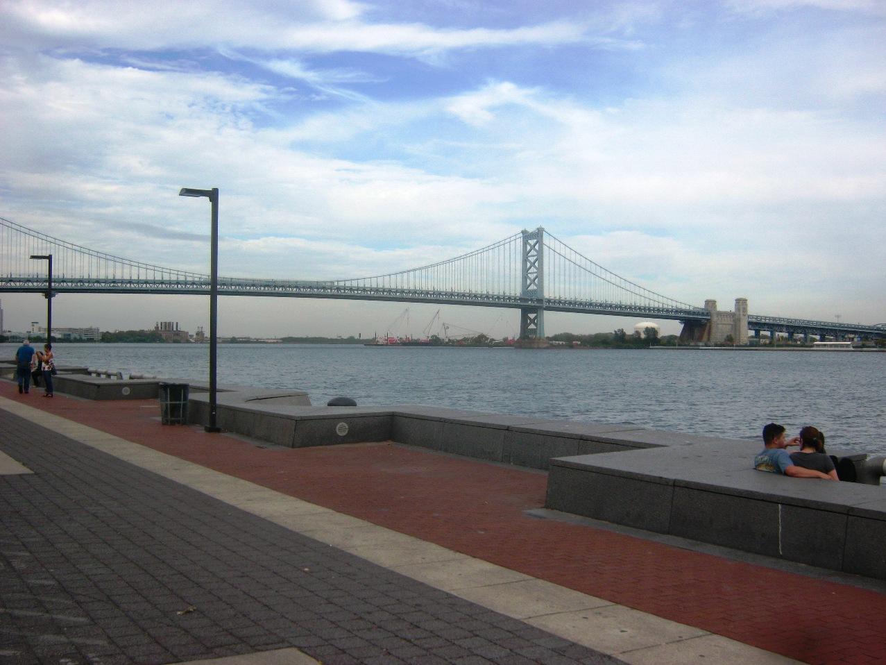 デラウェア川河岸公園とベンジャミン・フランクリン橋。