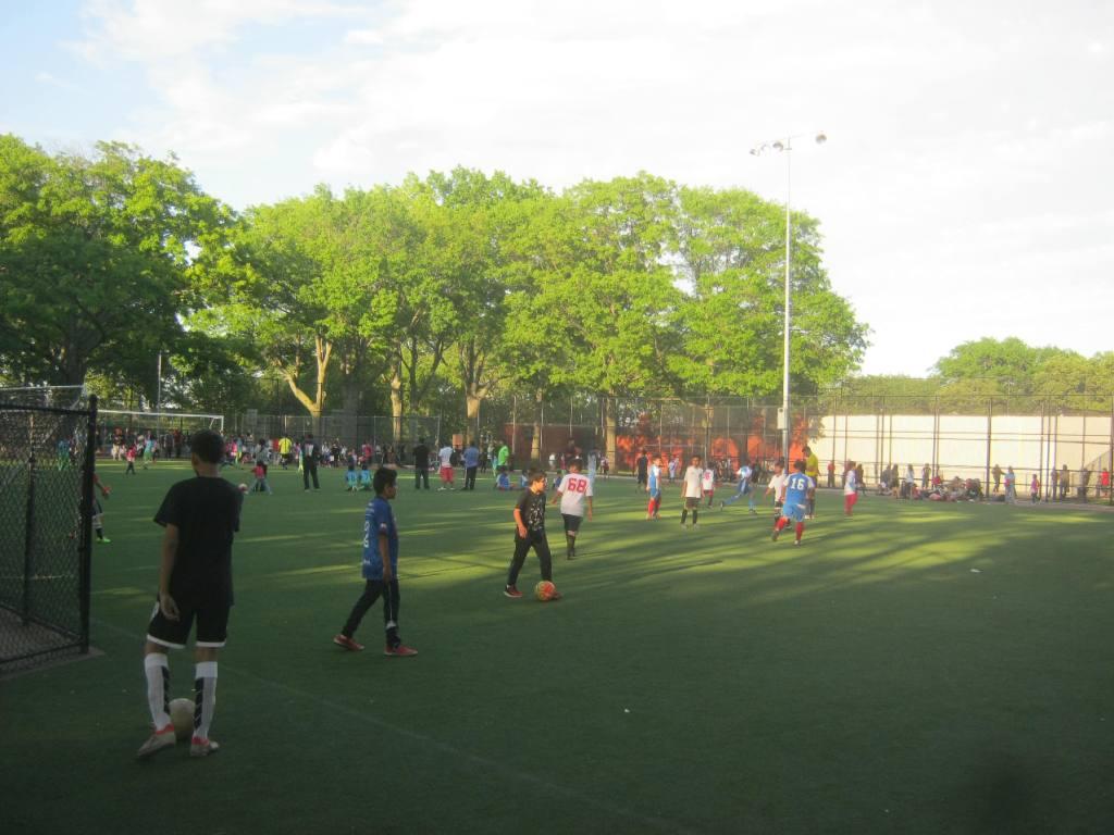 NYブルックリンのサンセット公園のサッカー場。