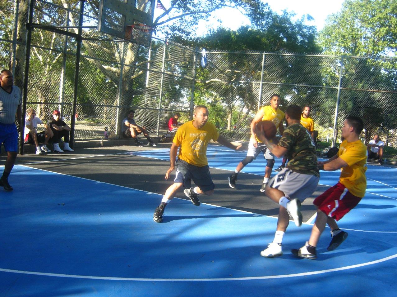 本格派の社会人バスケ試合。