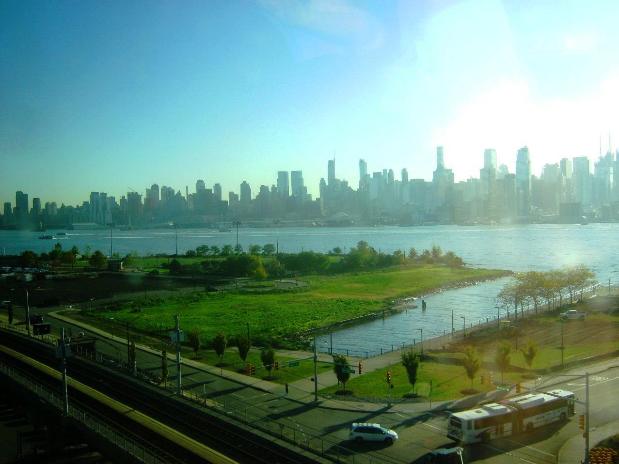 ハドソン川をはさんでマンハッタンのビル街。