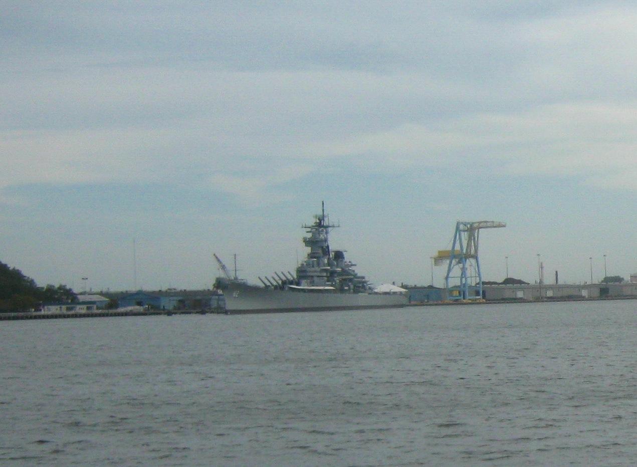 デラウェア川に浮かぶ戦艦ニュージャージー。