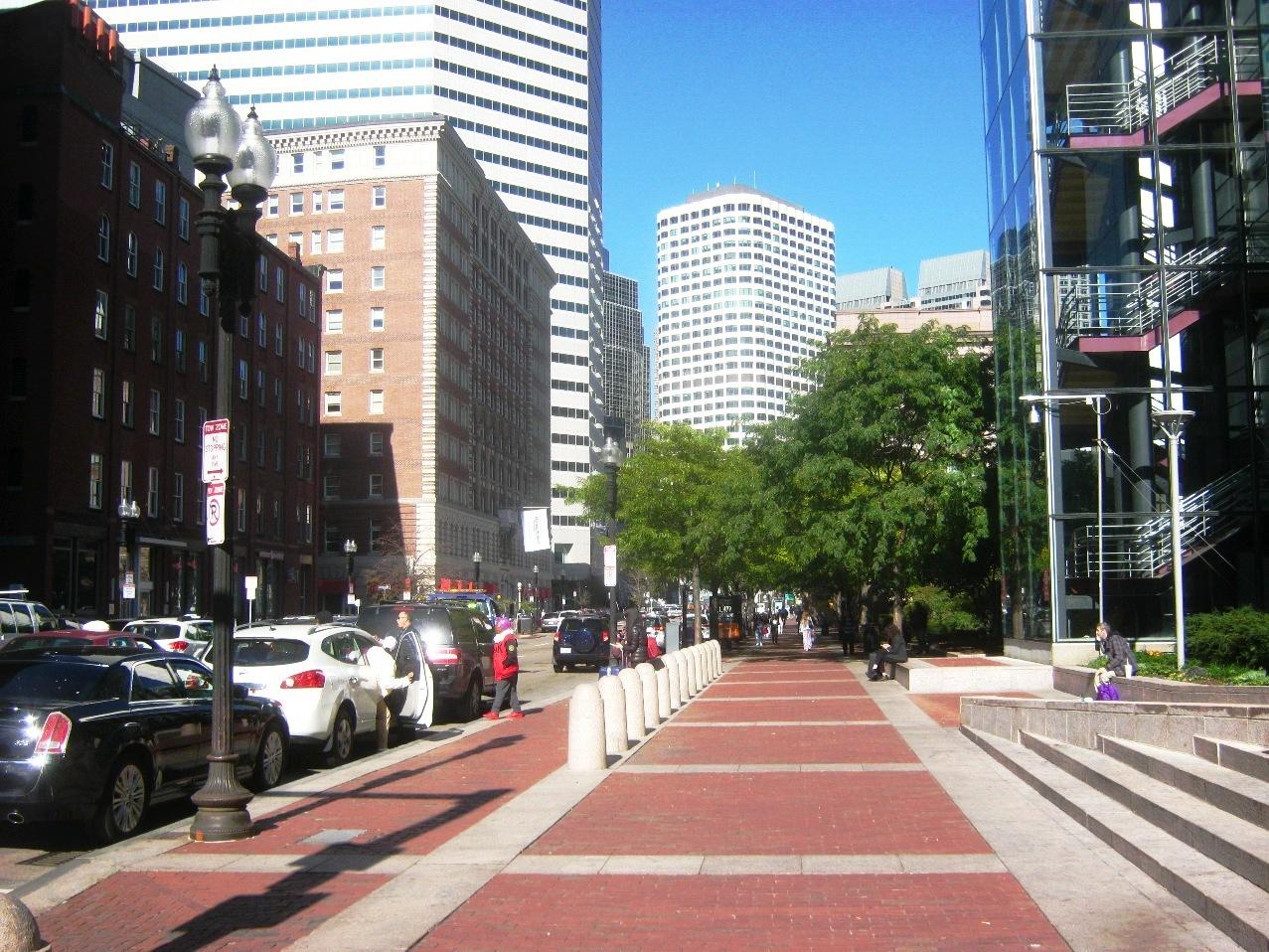 ボストンのバスターミナル前から中心部ビル街を望む。