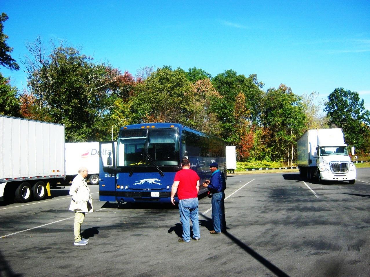 バスの休憩。紅葉を背にクレーハウンドバス。