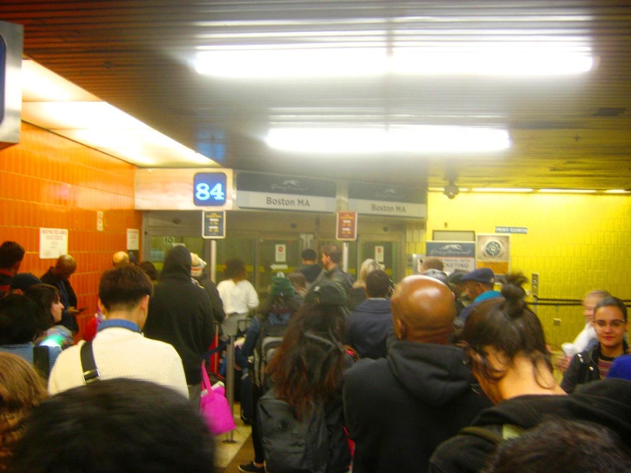 グレイハウンド・バス発着ゲートで乗客が列をつくって待つ。
