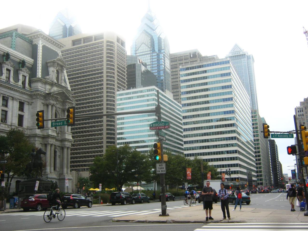 高層ビルが立ち並ぶフィラデルフィア中心部