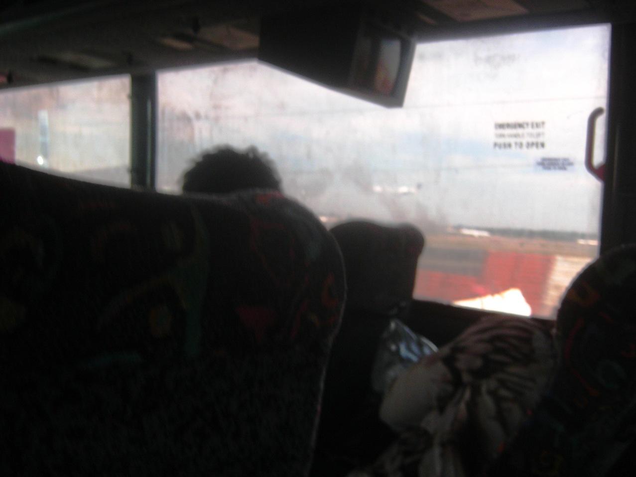 バスの車内から窓ガスを見る。