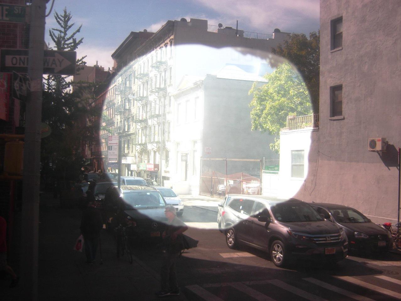 窓に穴があいたようなUVカット削り。