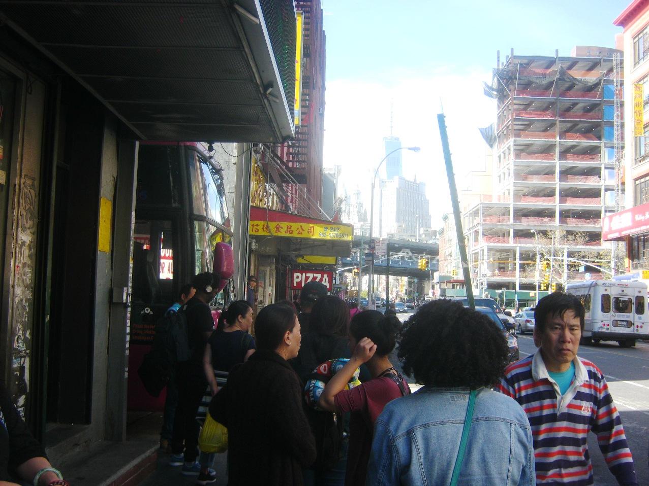バス発着所。遠くに新ワールドトレードセンター。