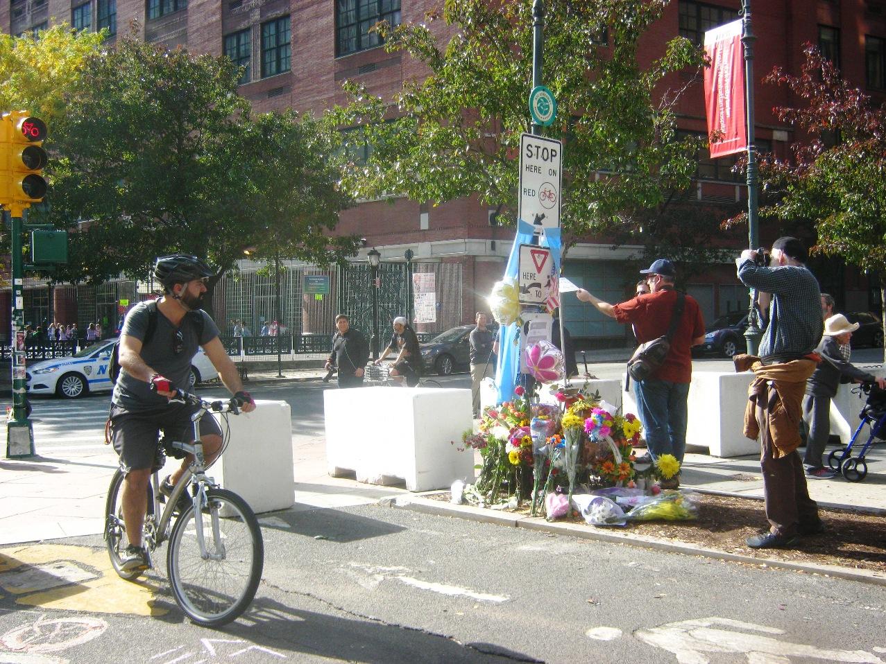 テロから3日後、亡くなった人たちに花束が添えられていた。