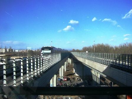地下鉄15号線の高架を走る電車。