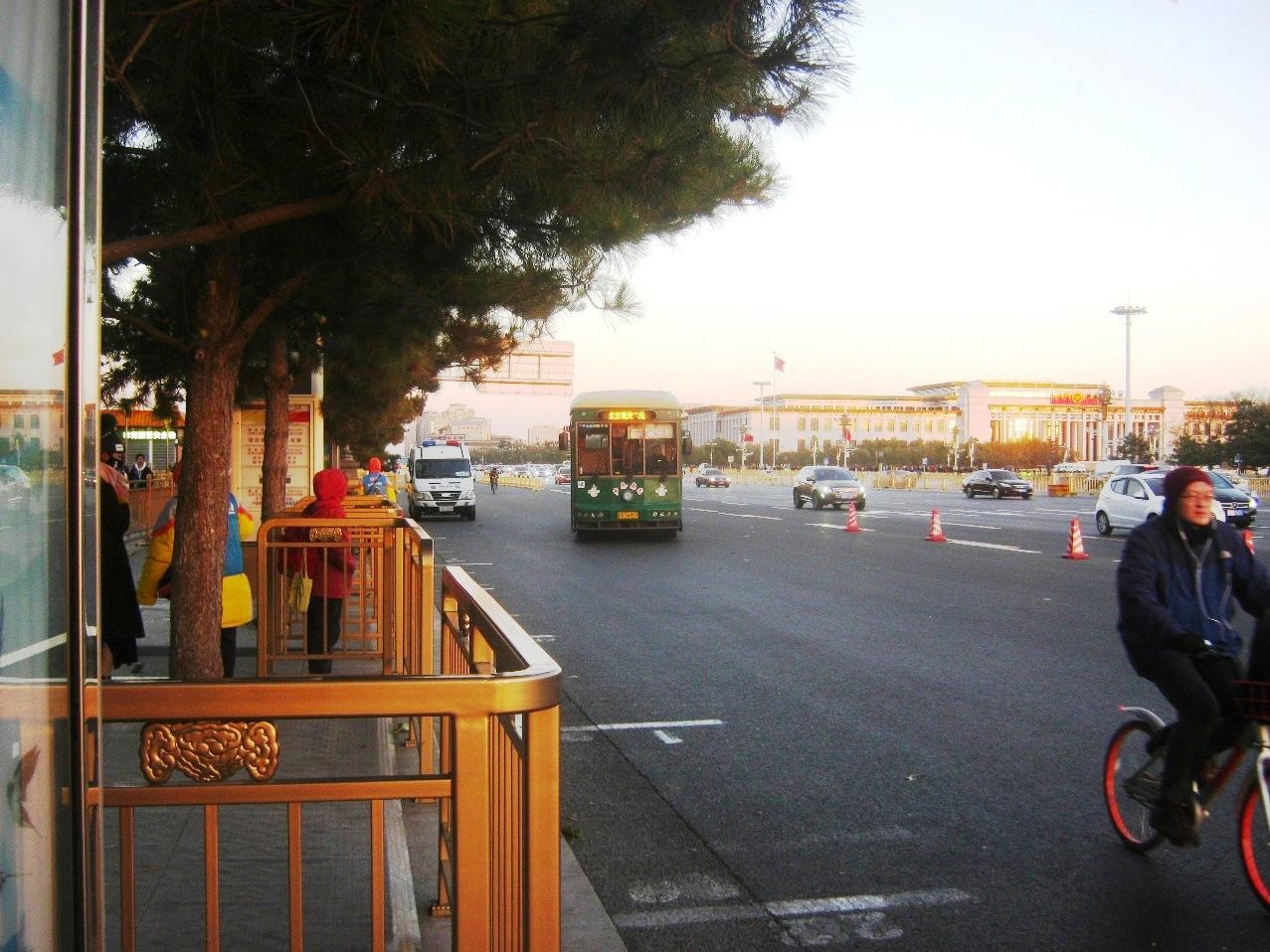 公共観光バスが停留所に来るところ。