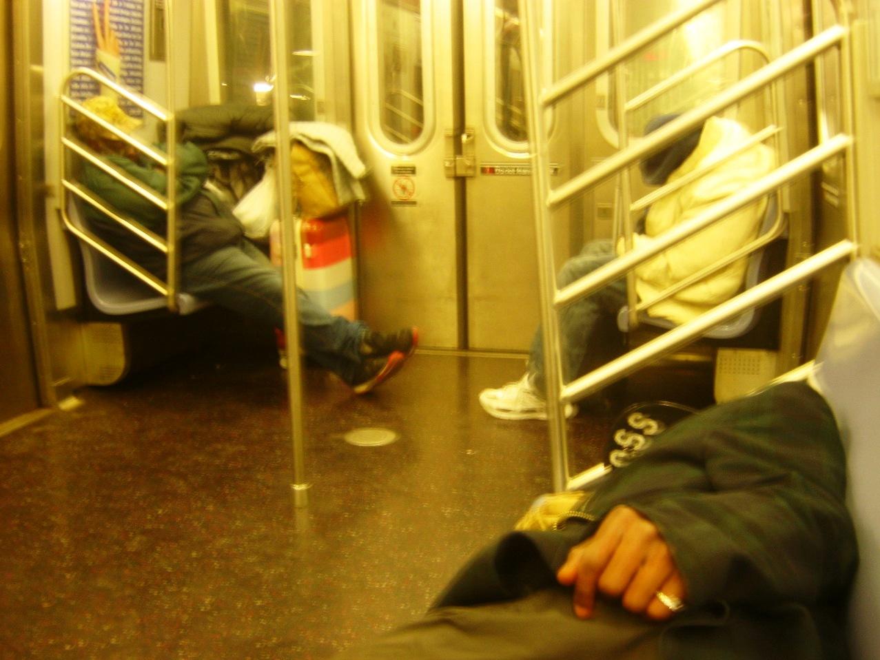深夜のニューヨーク地下鉄で寝るホームレスの人たち。(ワールドトレードセンター行きのE線で)