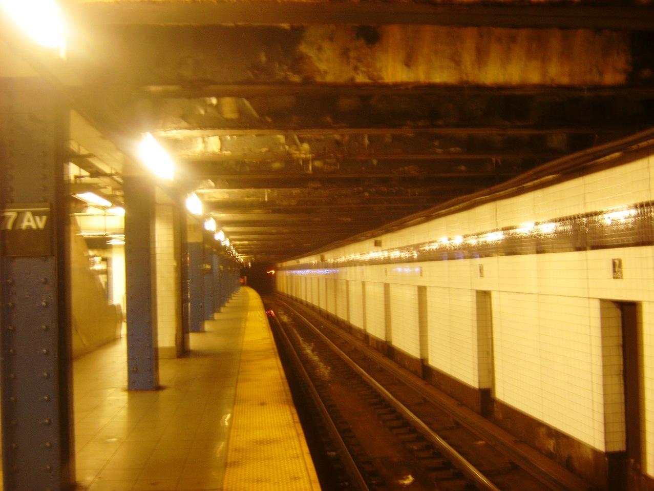 深夜のニューヨーク地下鉄。7番街駅。