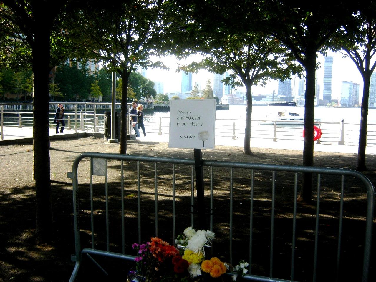 テロ現場で花束と追悼の言葉