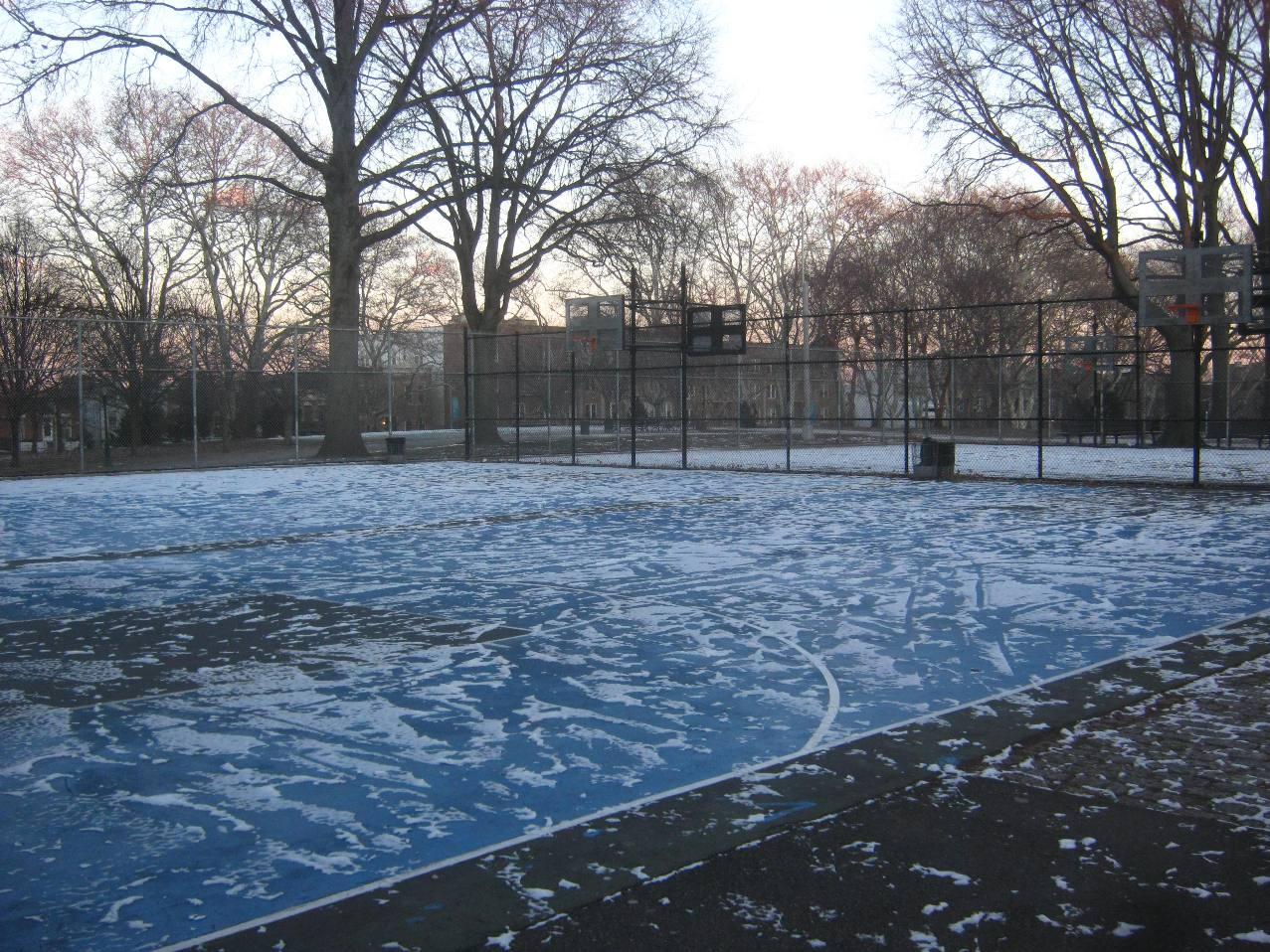 雪のバスケコート。