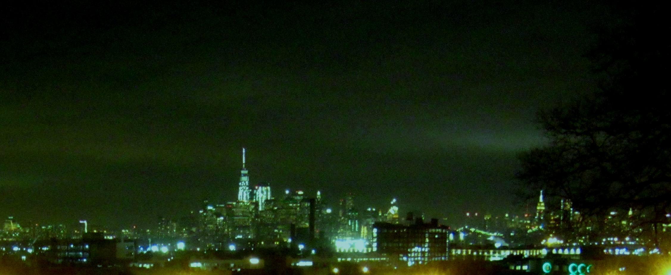 冬の寒気の中に立つマンハッタンの高層ビル街。