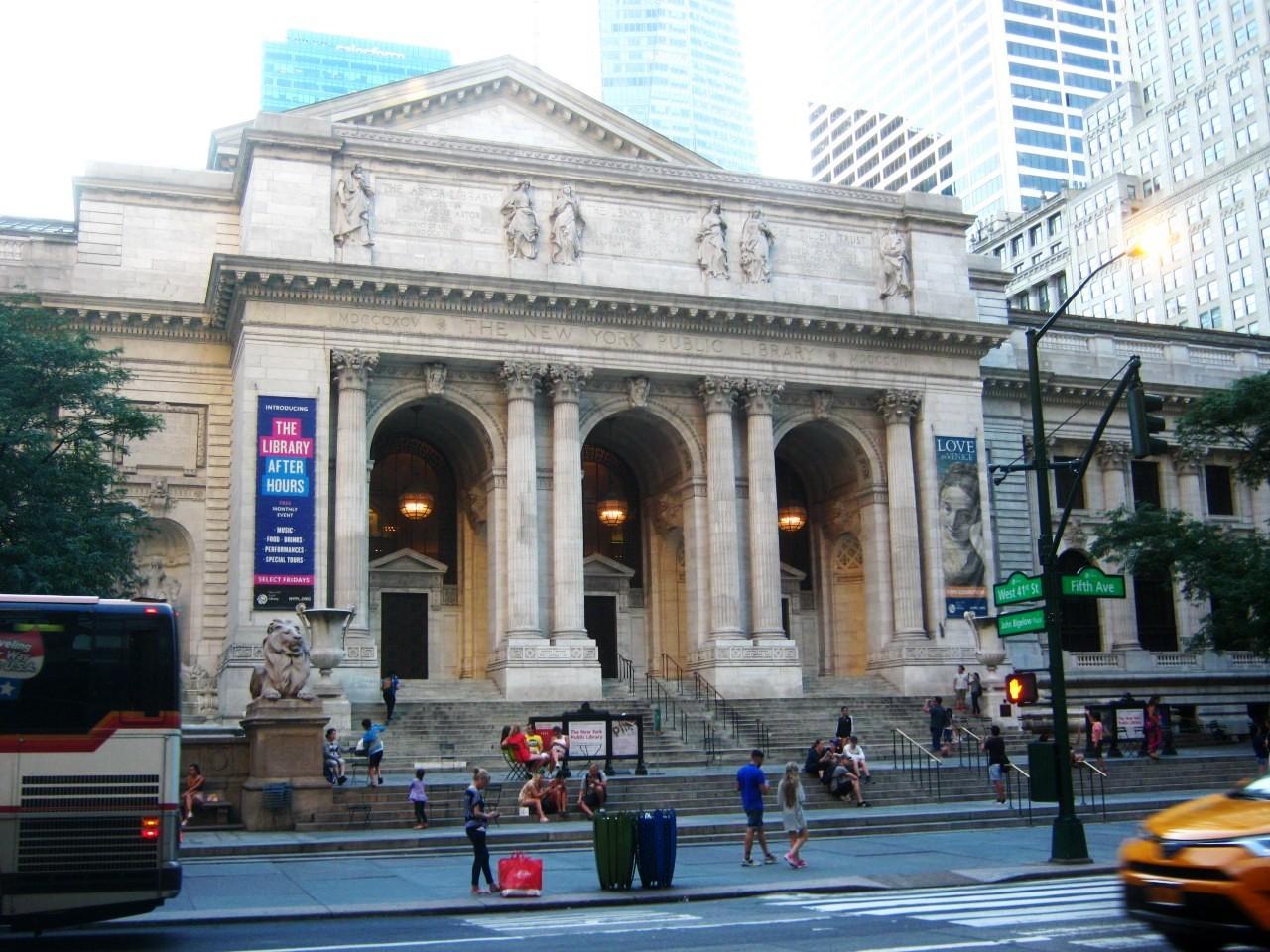 マンハッタン5番街にあるニューヨーク公共図書館。