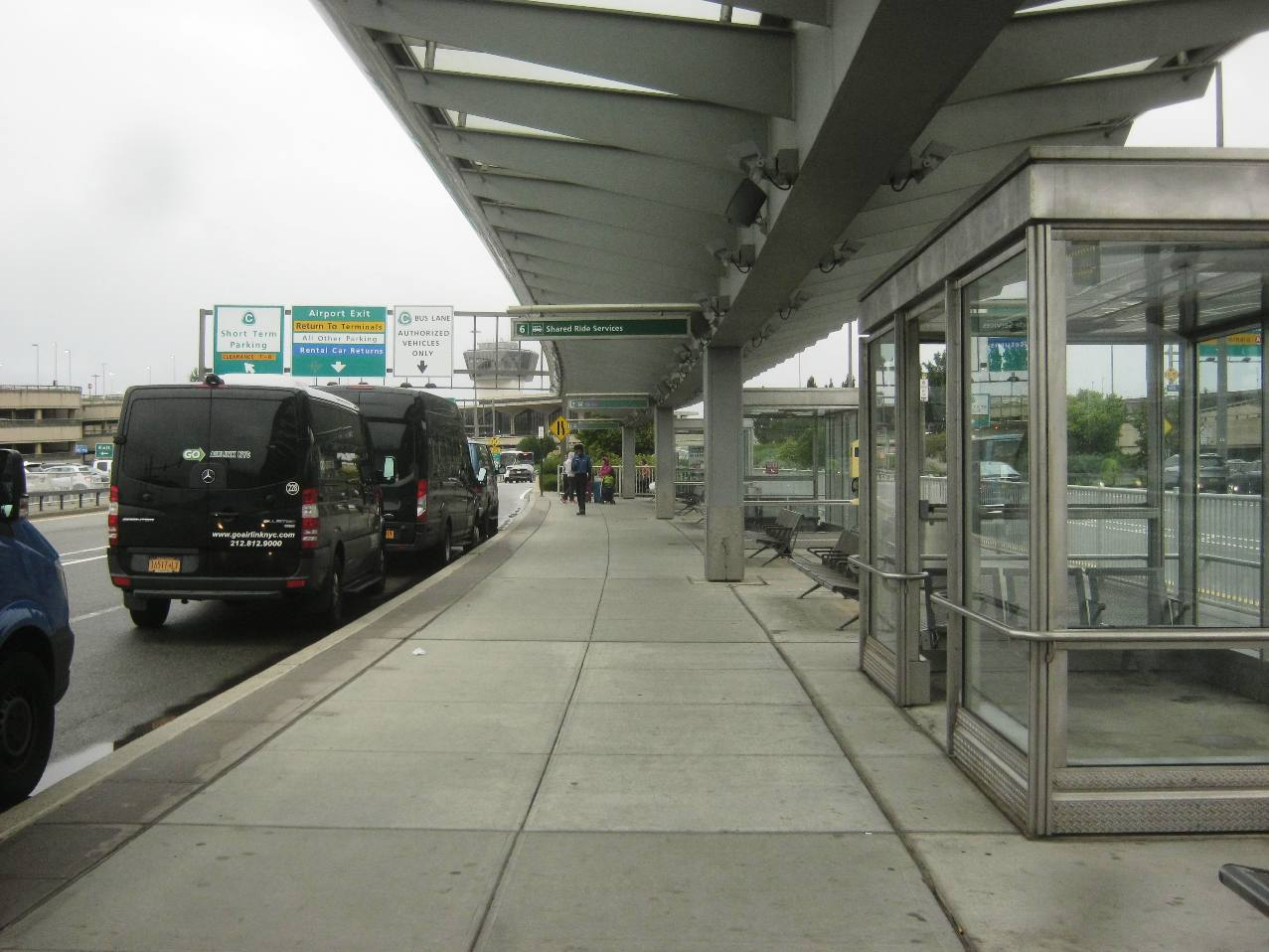 ニューアーク空港の路線バス停車所がベイ右端に。