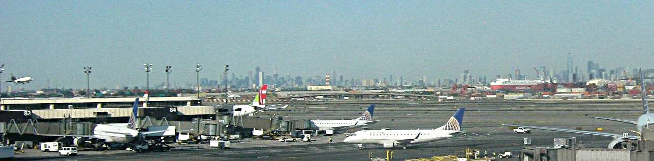 ニューアーク空港と背景のマンハッタン・ビル街