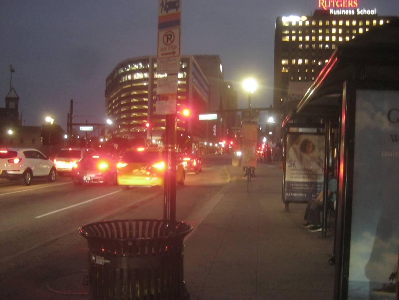 ブロード通り駅わきのバス停。